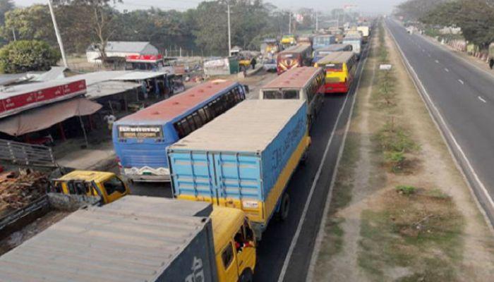 ঢাকা-চট্টগ্রাম মহাসড়কে তীব্র যানজট, ভোগান্তি চরমে