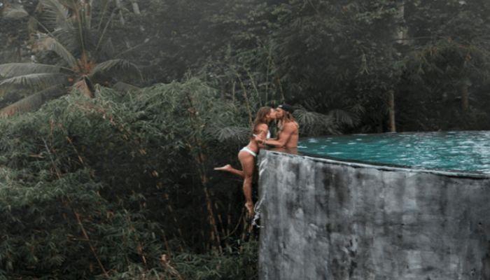ইনফিনিটি পুলে 'ভয়াবহ' চুম্বনে দম্পতি
