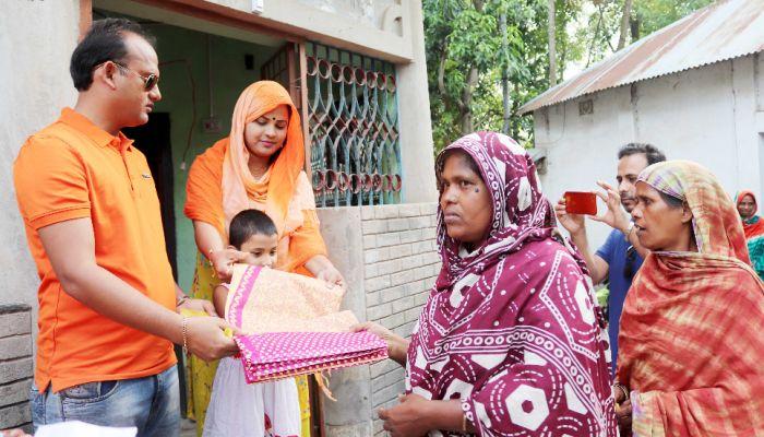গুরুদাসপুরে ৫০০ নারীকে শাড়ী দিলেন সাবেক ছাত্রলীগ নেতা