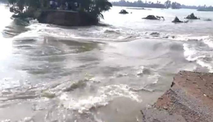 আত্রাই নদীর বাঁধ ভেঙে প্লাবিত নওগাঁ