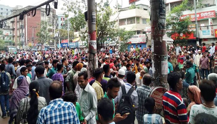 রিকশা বন্ধের প্রতিবাদে রামপুরা-বাড্ডায় সড়ক অবরোধ