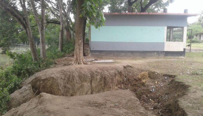 ঝিনাইদহে ভাঙনের মুখে বিদ্যালয়