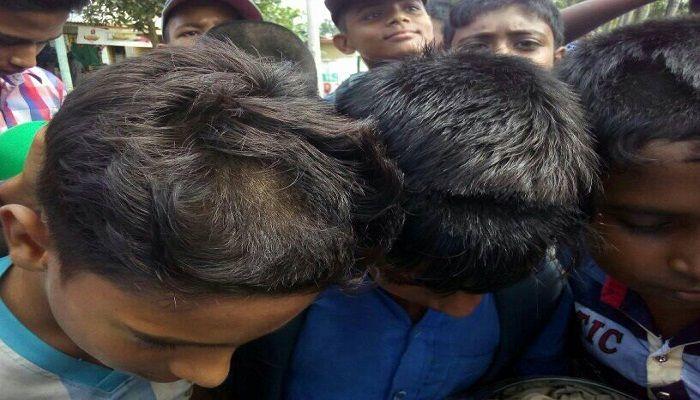 পুঠিয়ায় ছাত্রদের চুল কেটে দিলেন স্কুল সভাপতি, শিক্ষার্থীদের ক্লাস বর্জন