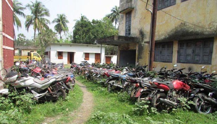 পুঠিয়া থানায় আইনি জটিলতায় ধ্বংস হচ্ছে শতাধিক মোটরসাইকেল