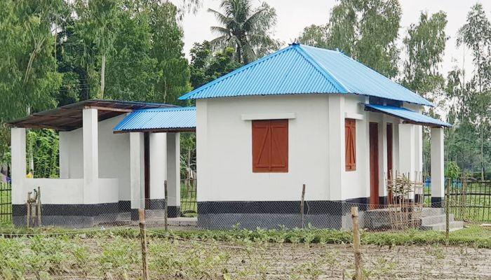 নওগাঁয় বিনামূল্যে দুর্যোগ সহনীয় ঘর পাবে ২১১ পরিবার