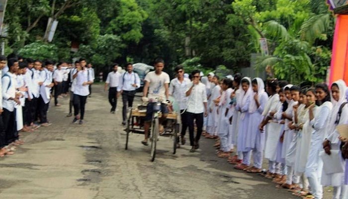 গোপালগঞ্জে ৫ দফা দাবিতে সাতপাড় সরকারি নজরুল কলেজের শিক্ষার্থীদের মানববন্ধন