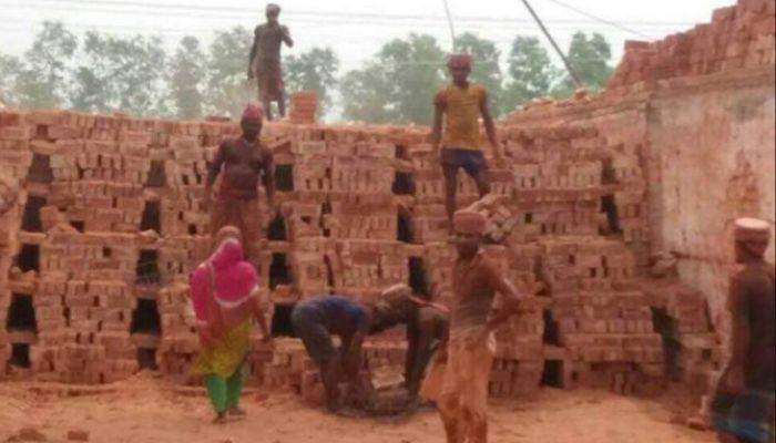 আমতলীতে করোনা ঝুঁকি নিয়ে কাজ করছে ইটভাটার শ্রমিকরা