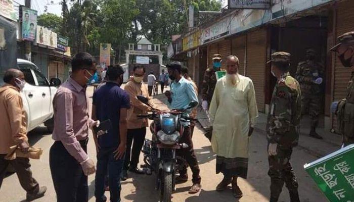 বোদায় সরকারি নির্দেশ অমান্য করে জনসমাগম, ২৪ জনকে জরিমানা