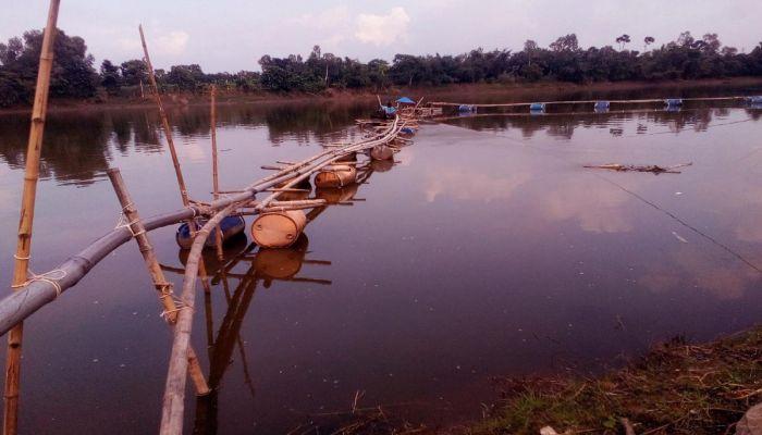 মান্দায় আত্রাই নদীতে ড্রেজার দিয়ে বালু উত্তোলন