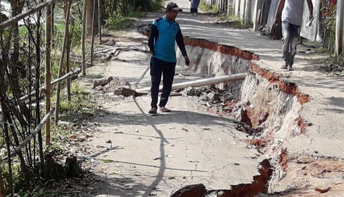 অবৈধভাবে বালু উত্তোলন, দেবে গেল গোপালগঞ্জের সড়ক