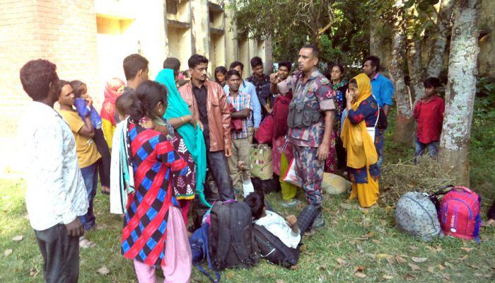 ঝিনাইদহ সীমান্ত দিয়ে ভারত থেকে আসছে শত শত মানুষ