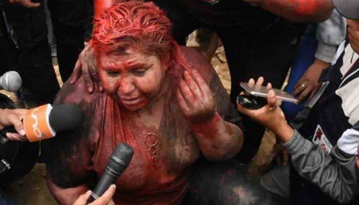 নারী মেয়রকে রং দিয়ে গোসল করিয়ে চুল কেটে দিল জনতা