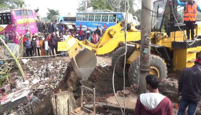 গোপালগঞ্জে অবৈধ স্থাপনা উচ্ছেদ অভিযান চলছে