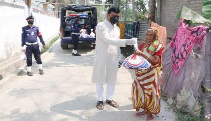 ময়মনসিংহে জেলা পুলিশের উদ্যোগে নিত্যসামগ্রী বিতরণ