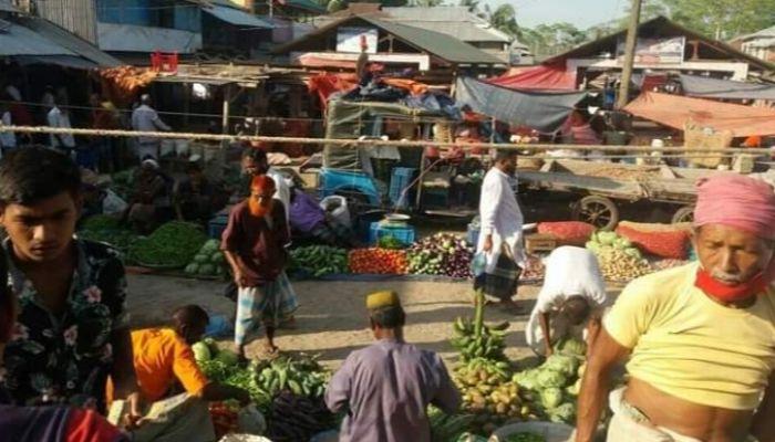 আমতলীতে সরকারি নির্দেশনা অমান্য করে অবাধে চলাফেরা