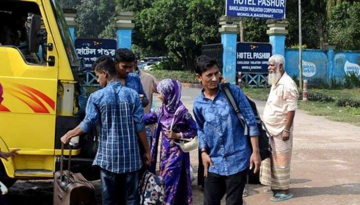 মোংলায় পরিবহন মালিক-শ্রমিকদের হাতে জিম্মি যাত্রীরা