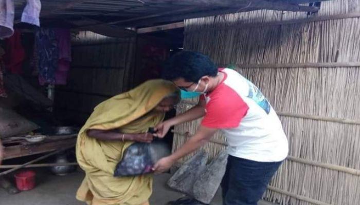 গুরুদাসপুরে গ্রামবাসীর পাশে দাঁড়ালেন ৮ বন্ধু