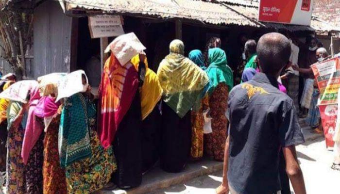 মোংলায় খোলা বাজারে চাল বিক্রিতে মানা হচ্ছে না সামাজিক দূরত্ব