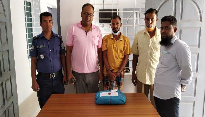 মোরেলগঞ্জে ১ কেজি গাঁজাসহ বাসচালক আটক